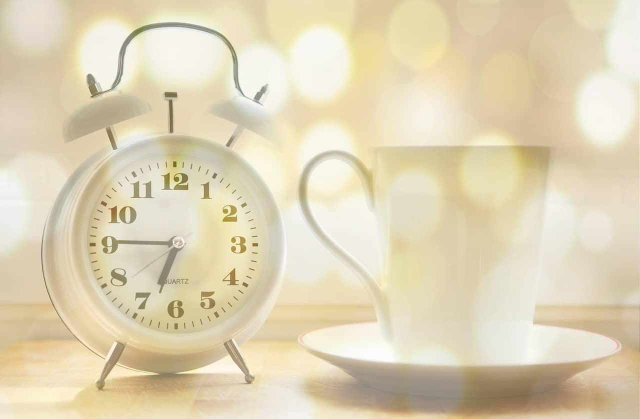 שעון וכוס קפה