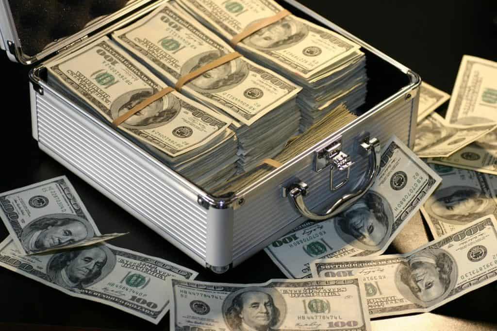 כסף מזומן בתוך מזוודה