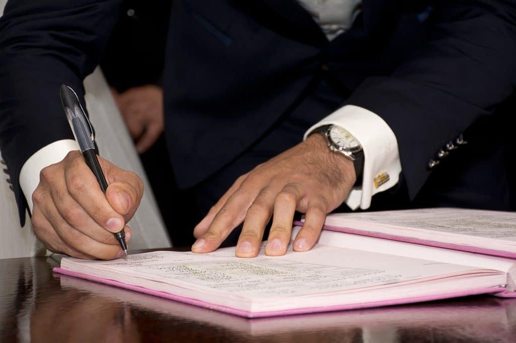חתימת עורך דין על חוזה