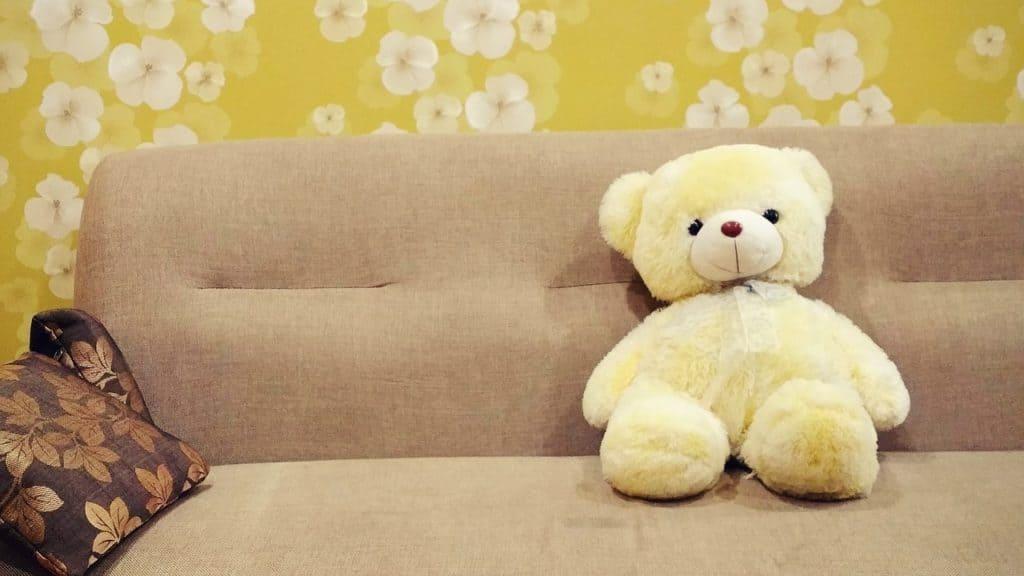 ספה לסלון עם דובי וכרית עליה